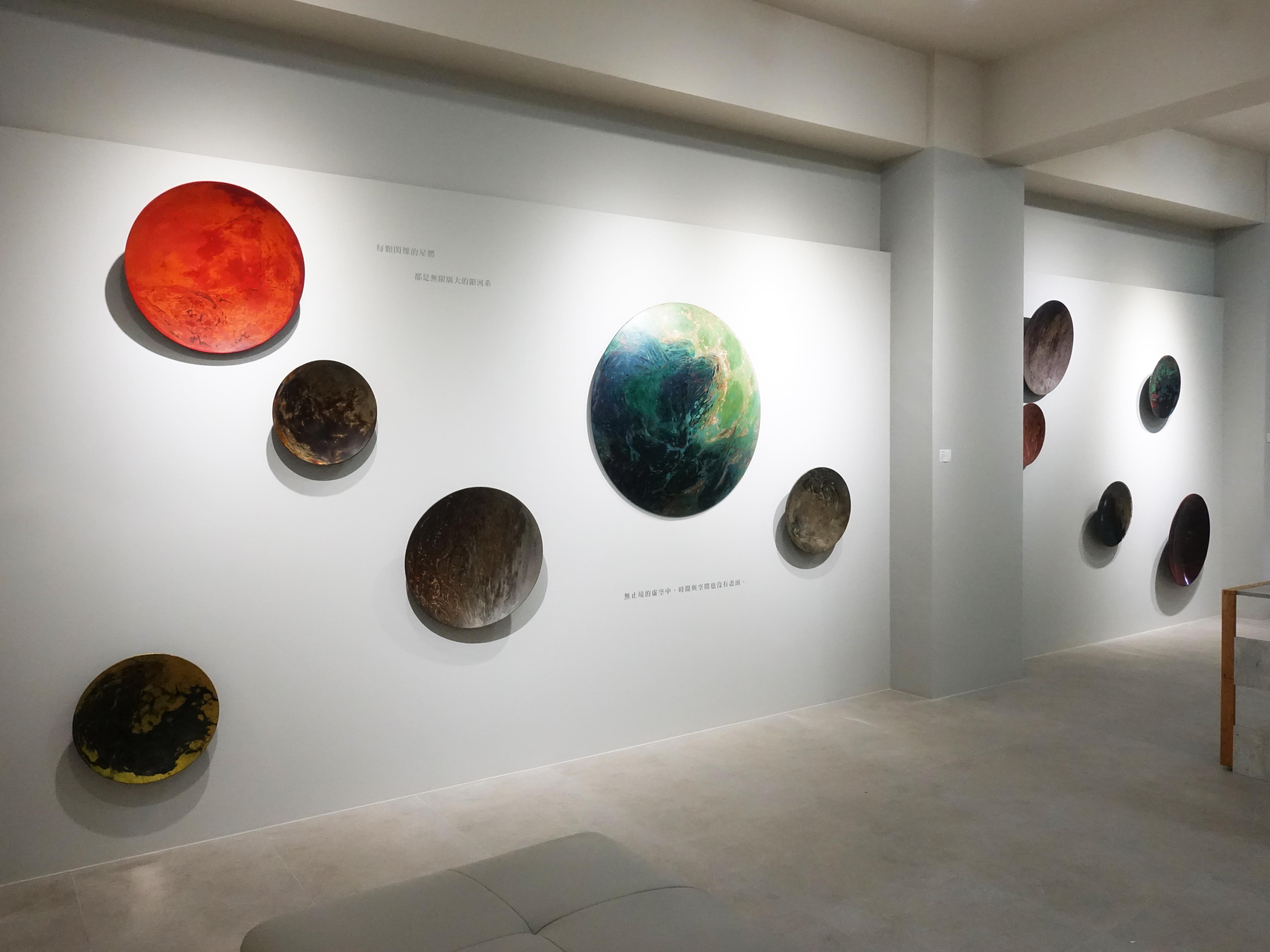 越南藝術家阮春綠於正觀藝術展出《微塵系列》作品。