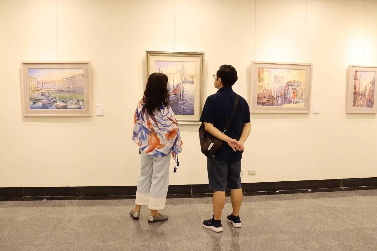 「拾光如詩-成志偉2020創作個展」民眾觀展賞畫