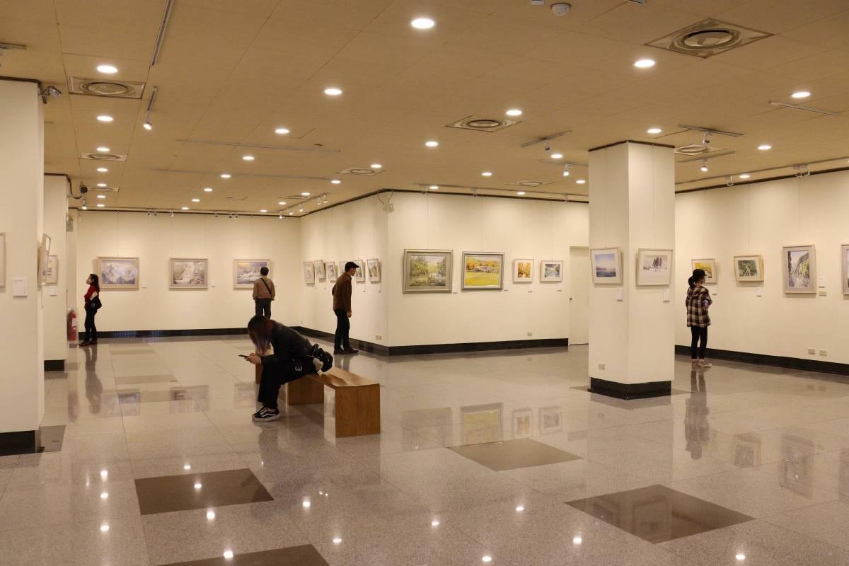 「拾光如詩-成志偉2020創作個展」展廳超過百幅作品