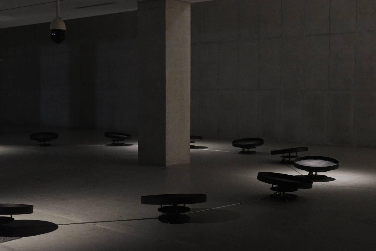 申承帛 金容勳,〈心〉,2019年。機械浪聲鼓、微控制器、海洋模擬、臉部情緒辨識、網路監控攝影機、電腦、馬達。Shinseungback Kimyonghun, Mind, 2019.