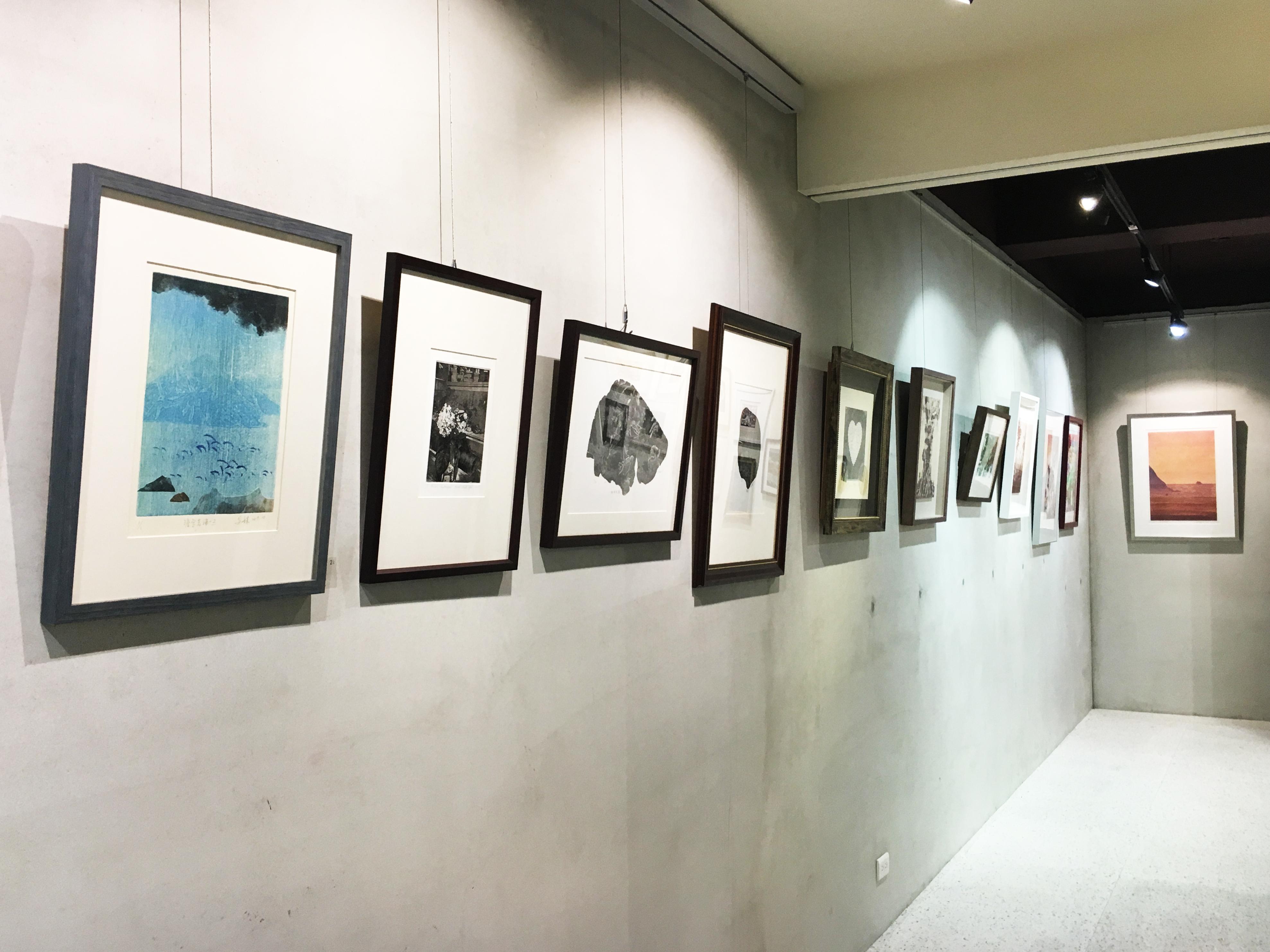 二空間展出臺灣、西班牙藝術家版畫交流展《自然》展場一隅。