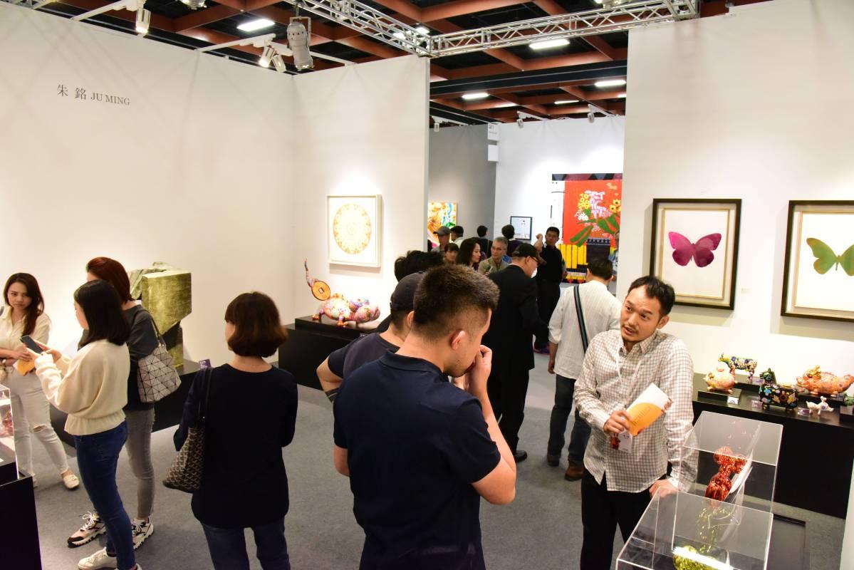 當代展區人潮眾多,由印象畫廊專業人員介紹