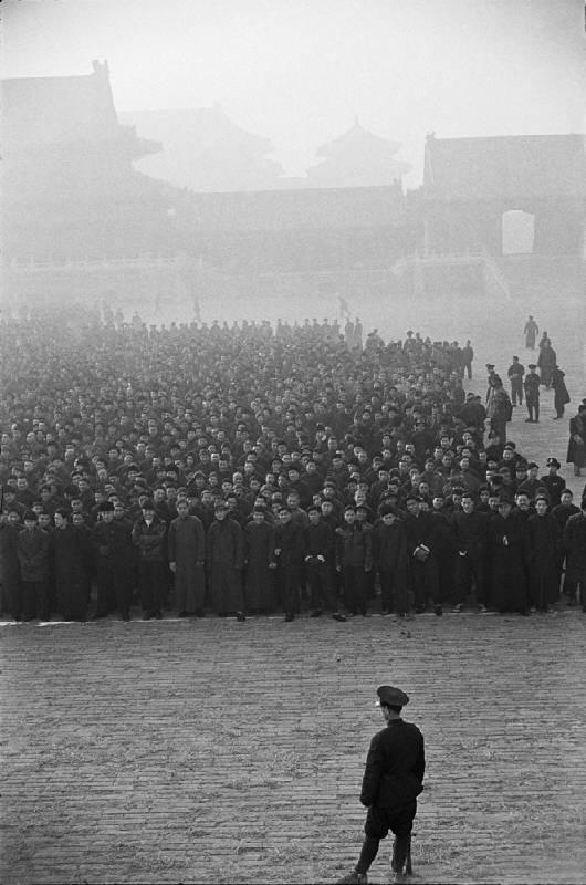 《布列松在中國:1948-1949/1958》是亨利.卡蒂埃.布列松(Henri Cartier-Bresson)在其報導攝影生涯中非常獨特且重要之集結,也是他中國相關作品的首度研究與專題展出。     1948-49年,布列松在中國停留了十個月,期間在《生活》(Life)、《巴黎競賽》(Paris Match)等雜誌發表了多幀中國所見所聞之影像。雖然時值國共內戰時期,但在這些影像中不見戰爭的煙硝,反而突顯大時代下的人間煙火,這系列照片也成為報導攝影史上最好的作品之一。1958年他在中國官方人員的全程陪同