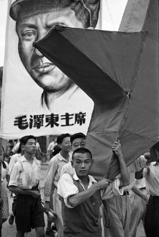亨利.卡蒂埃.布列松 | 一日將盡,排隊的人們仍抱著希望能買到黃金 上海,1948年12月23日 明膠銀鹽相紙, 1960年代 19.9 x 29.8 cm © Fondation Henri Cartier-Bresson / Magnum Photos