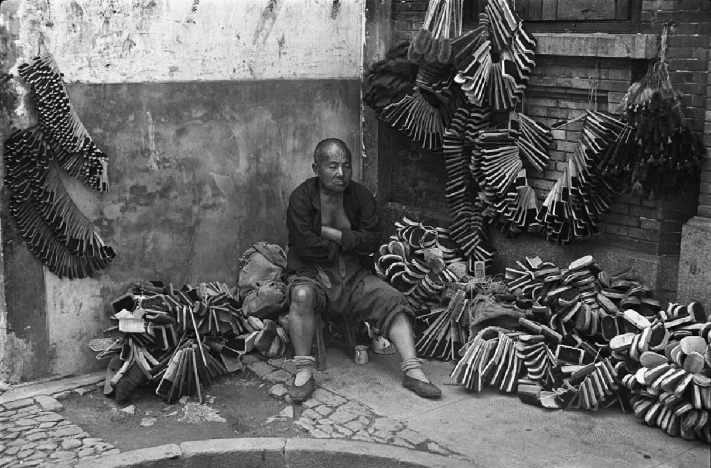 亨利.卡蒂埃.布列松 | 鬃(棕)刷小販 上海,1949年9月 明膠銀鹽相紙, 1973 畫面: 24 x 35.5 cm;含框: 44.5 x 54.5 x 1.5 cm © Fondation Henri Cartier-Bresson / Magnum Photos