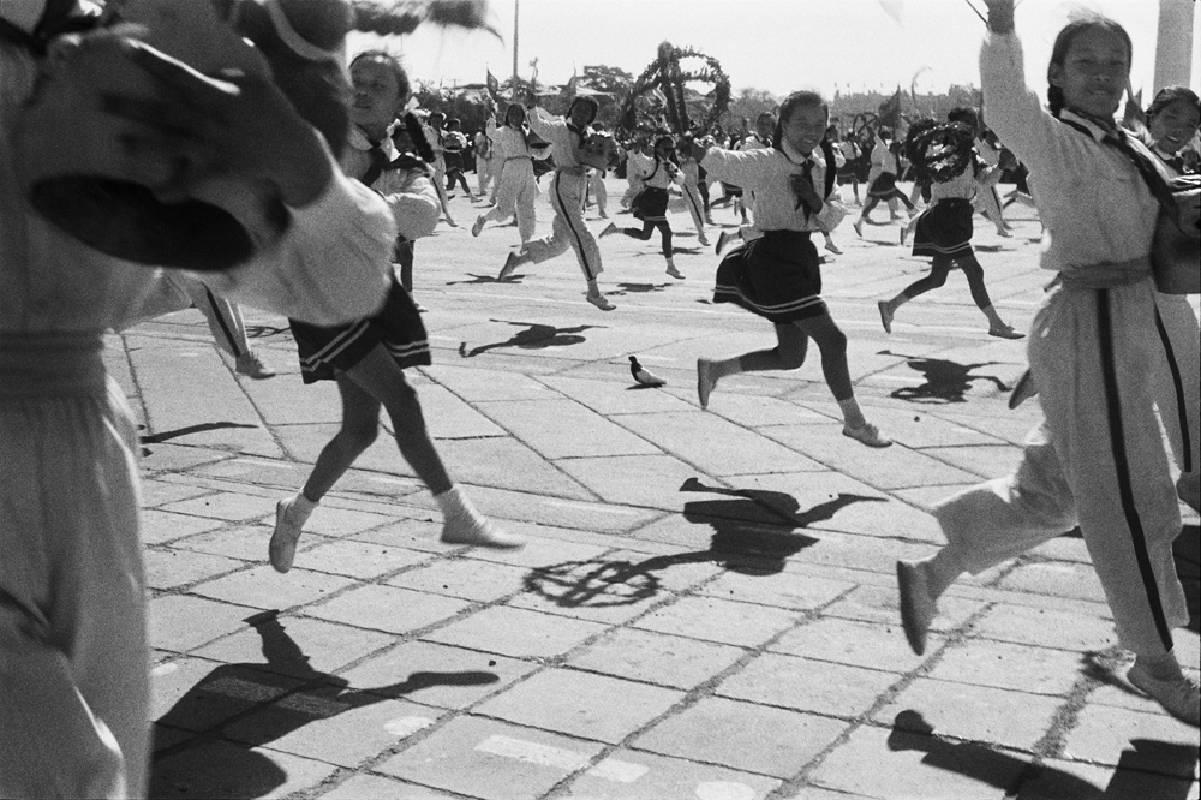 亨利.卡蒂埃.布列松 | 中華人民共和國建國九年的慶祝遊行 北京,1958年10月1日 復古式明膠銀鹽相紙, 19.6 x 29.9 cm © Fondation Henri Cartier-Bresson / Magnum Photos