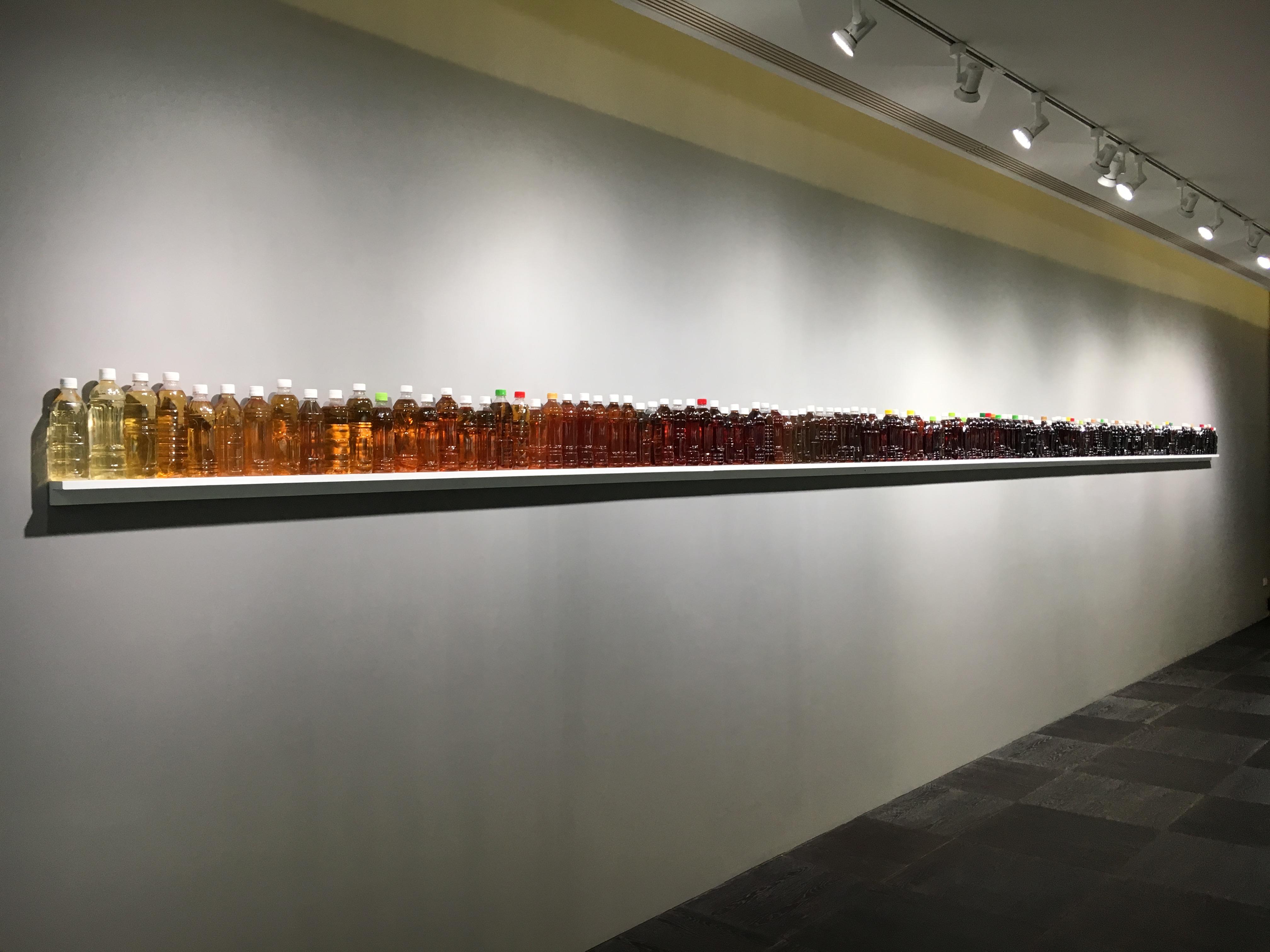 李明學,《光譜》,7 x 25 x 854 cm,超商與超市寶特瓶茶飲,2016。