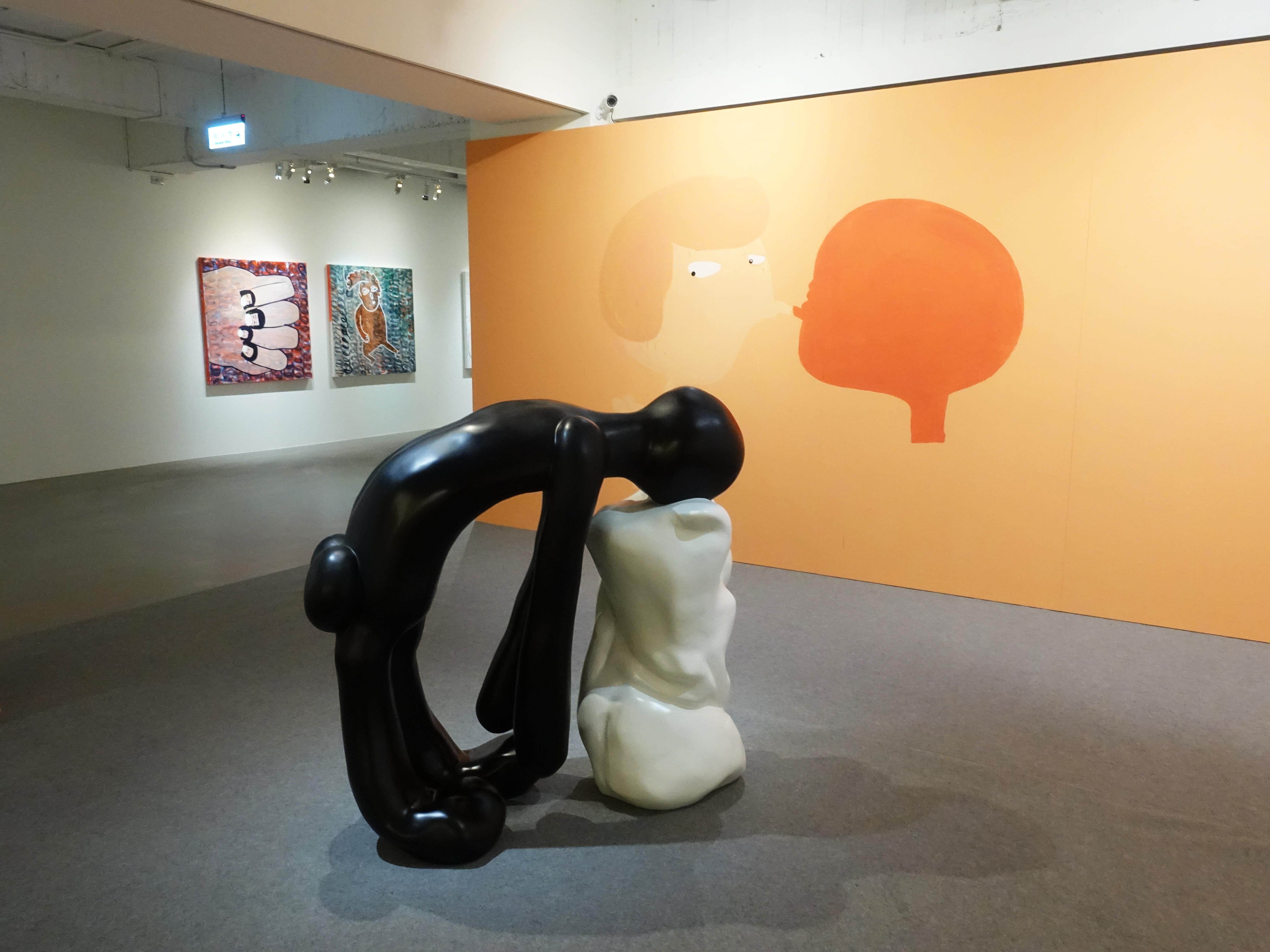 藝術家蕭筑方於非畫廊展覽空間現地創作現場。