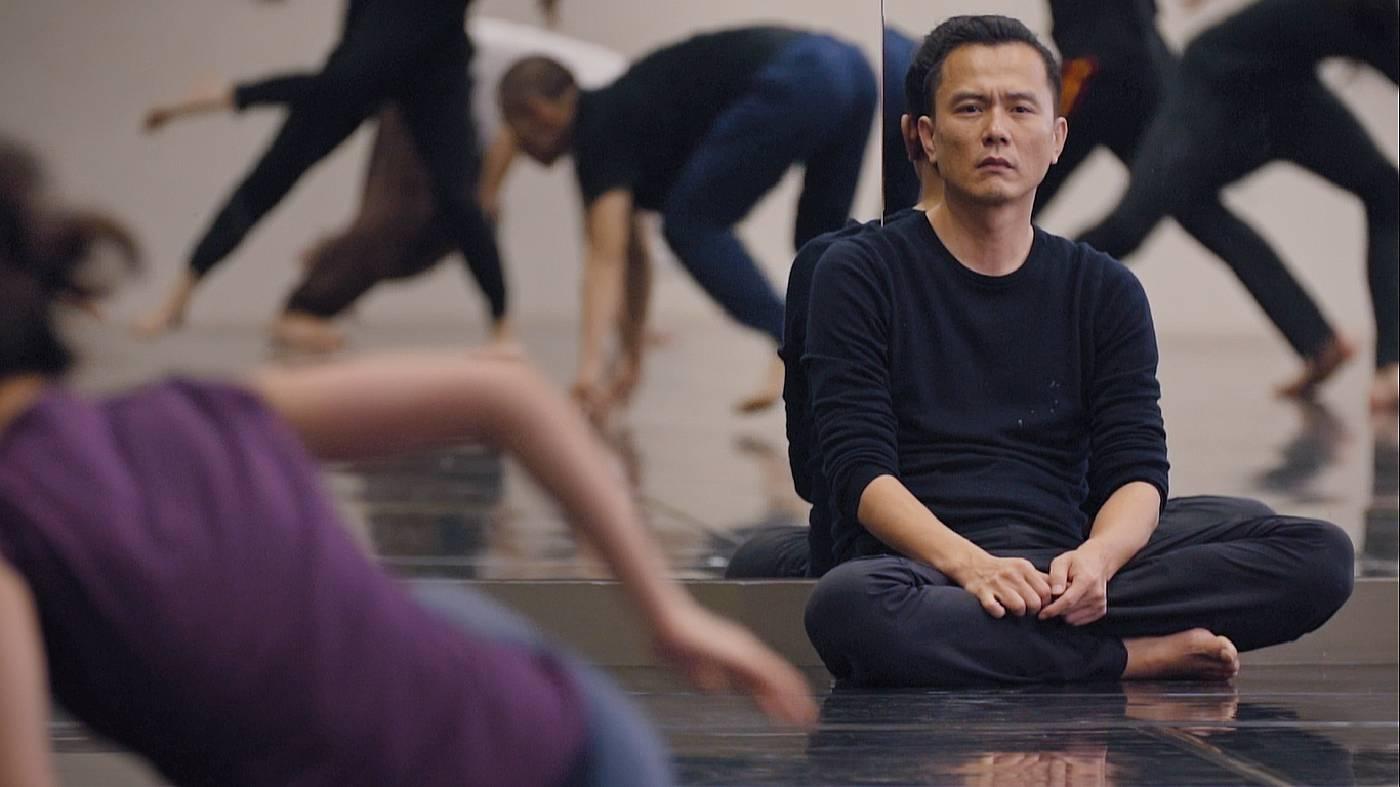 鄭宗龍與雲門2舞者排練《毛月亮》
