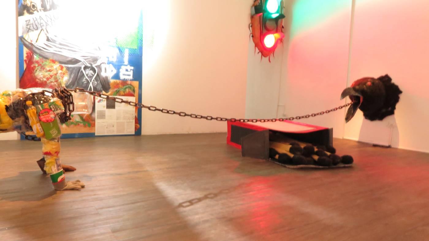 «滑鏈下30公分的生存空間» 複合媒材和物件雕塑 / 一場地而定