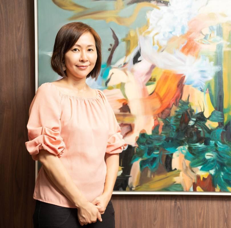 藝術家 游依珊 攝於中山分行展覽現場