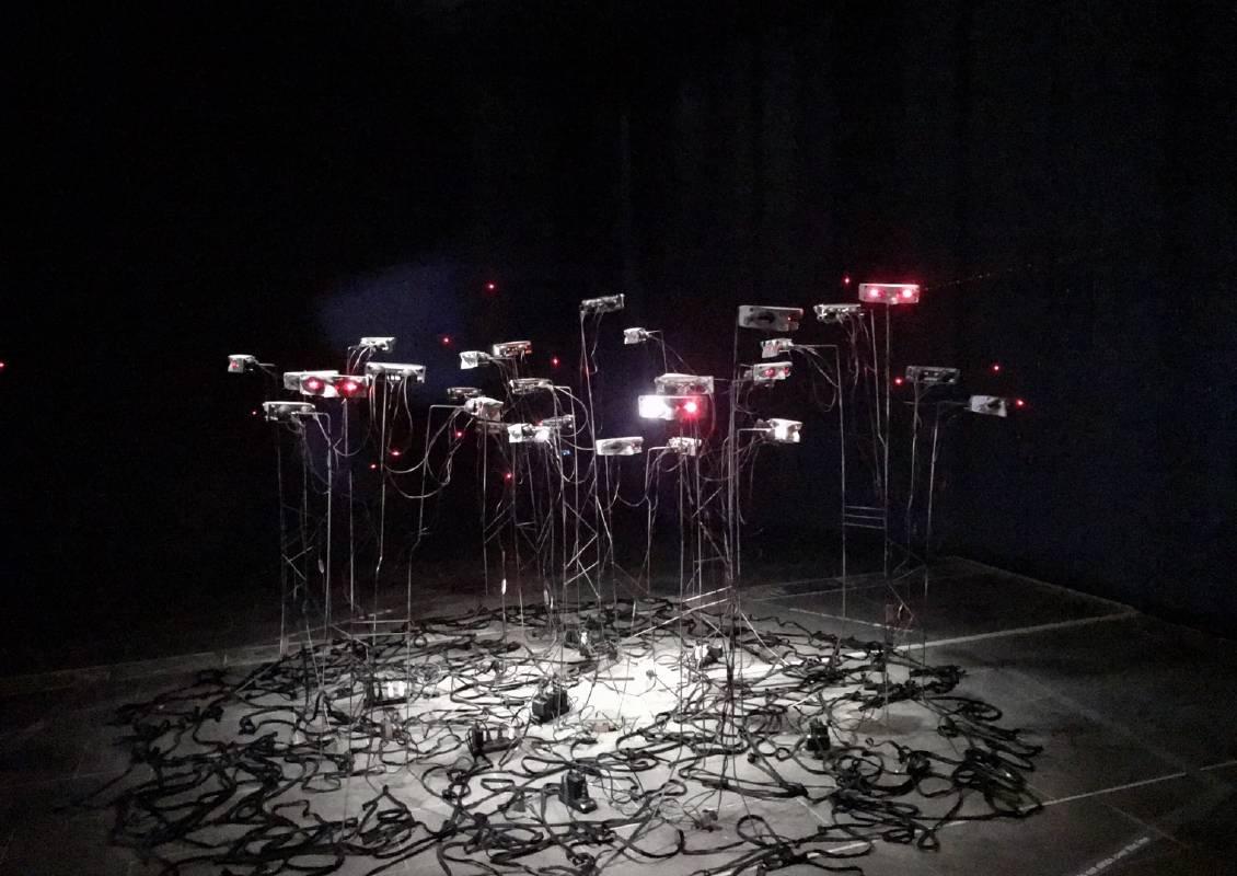 陳欣孟, 看MONITER, 紅外線、塑膠、鐵, 作品依場地而定, 2020
