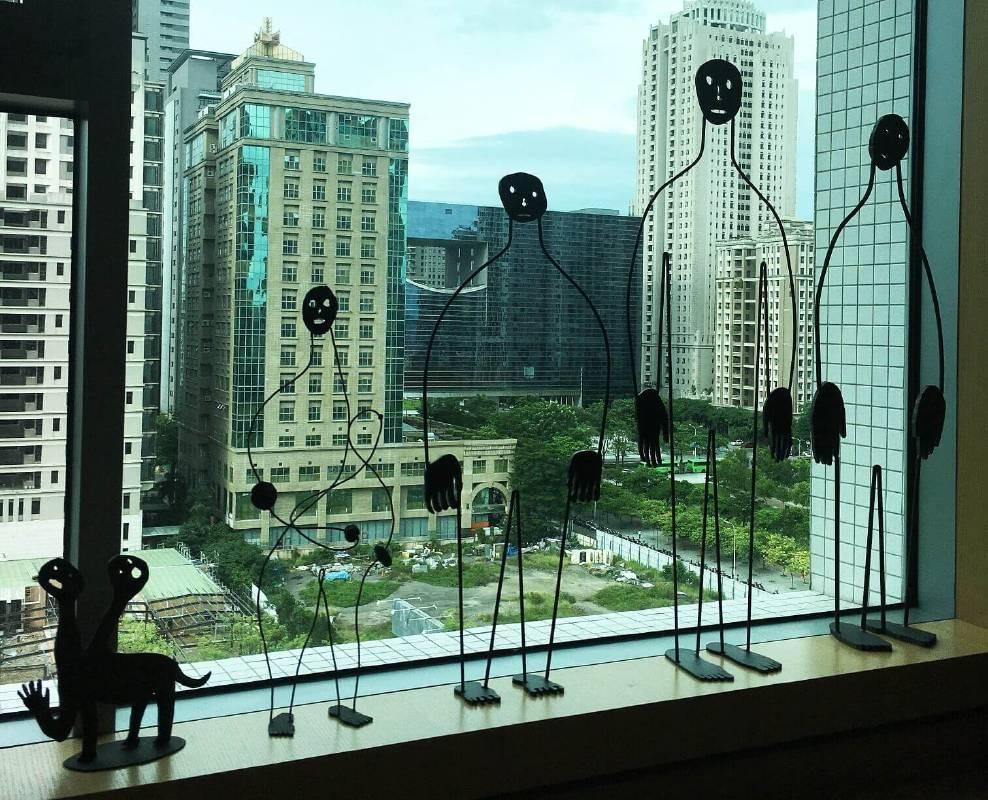 多納藝術(展間1105)展出韓國藝術家盧淳天的雕塑,其作品依據不同空間及視角而有豐富的視覺效果,受到許多人的歡迎。圖/非池中藝術網攝