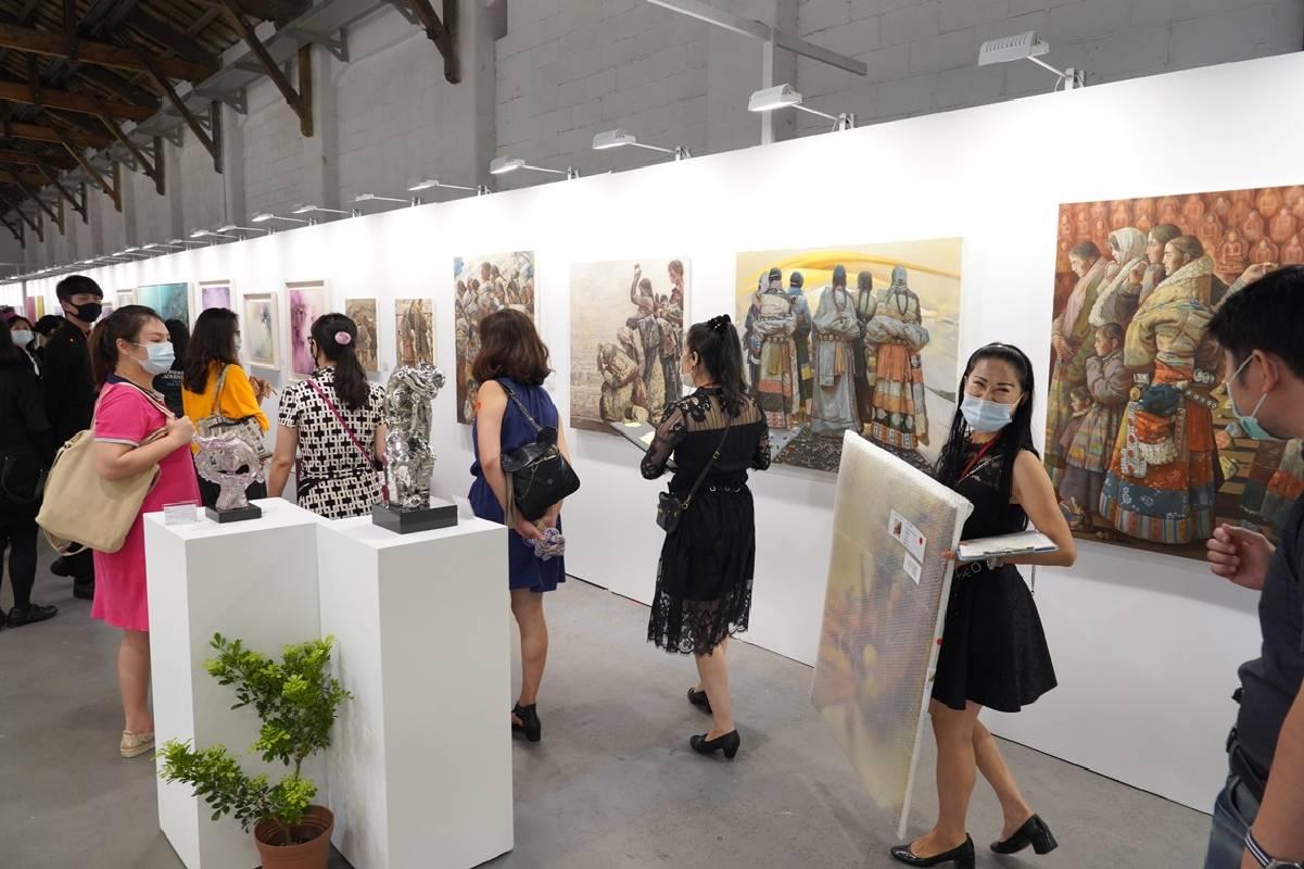 後疫情時代民眾對於藝術品的熱情依然不減,看到喜歡的創作仍趕赴會場想要收藏!