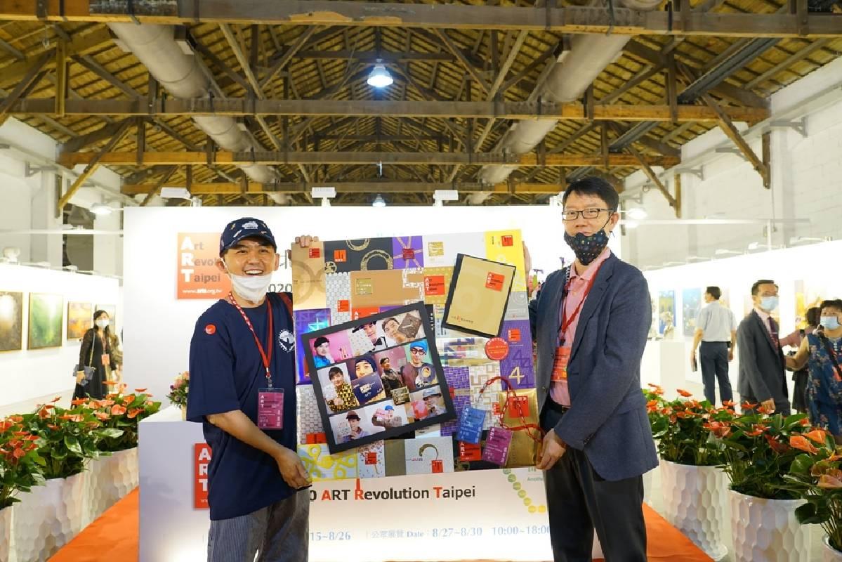 身為藝術家兼大會顧問的黃子佼每年熱情參與台北新藝博,大會特別準備「驚喜」贈送。