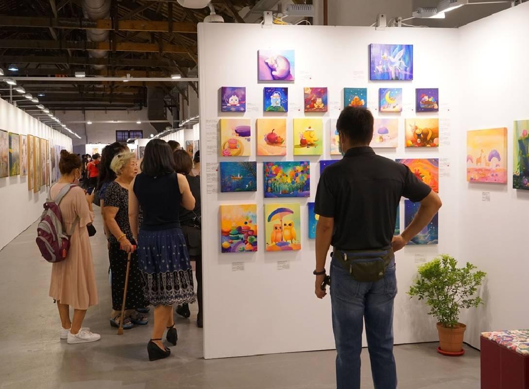 「2020台北新藝博‧番外篇」特展,療癒人心清新溫暖系作品最吸睛,展牆上紅點滿滿。