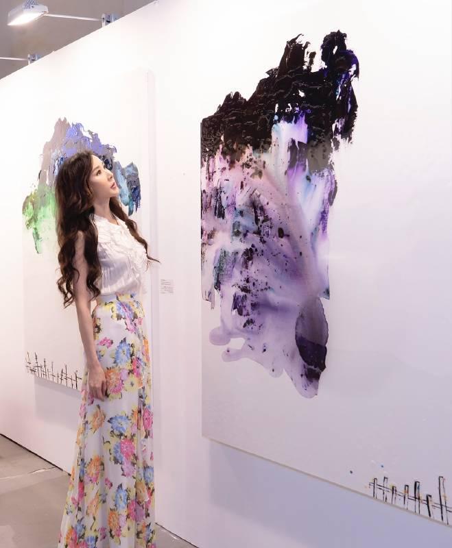 台灣第一美女蕭薔參觀台北新藝博,認為瑪馨玲月的創作充滿了靈氣。