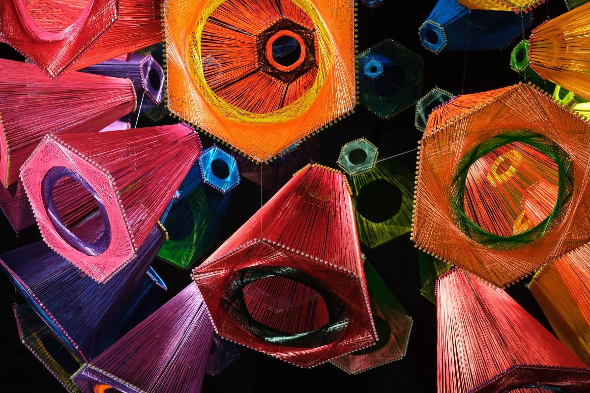 莊惠琳 你看!在空中漫舞的六角,跳出天邊一道虹! 新光合成纖維50週年藝術創作計畫2020 PET環保回收紗線、木、金屬、塑料 尺寸依空間而定