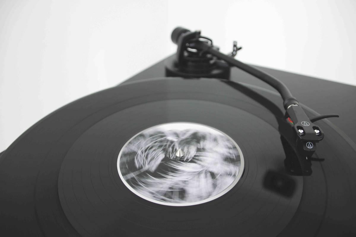 陳庭榕_RPM(Revoluti on Per Minute)_聲音長度10:51,CNC切割_唱盤尺⼨30x30cm