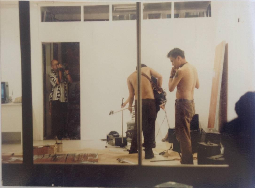 里瑞歐‧薩爾瓦多與查理‧貝拉爾德於「水環繞」空間現場演出《As it is》,由塔德·埃米塔諾紀錄,1998(達鴦‧雅洛拉提供)