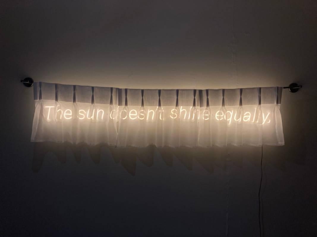 陽光沒有普照 The sun doesn't shine equally. LED燈、窗簾、現成物 116x12cm 2020©藝術家提供