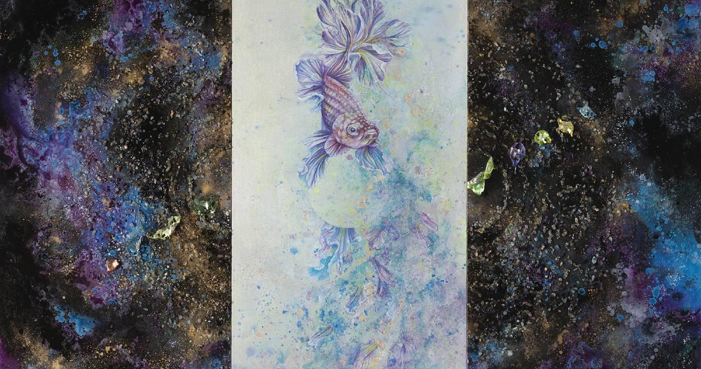 《栩鳶(許願make a wish)》一作命名源自「鳶飛戾天,魚躍于淵。」的典故,蔡沛珊精巧地將作品的左右建構成一扇可以向兩側推開的門扉,其上規律地散落著如夜空星子的各色細碎寶石,再以帶有瑰麗色彩的筆調,在正中畫了一隻像是漂浮在半空的鬥魚,以此比喻萬物任其天性而動,各得其所。