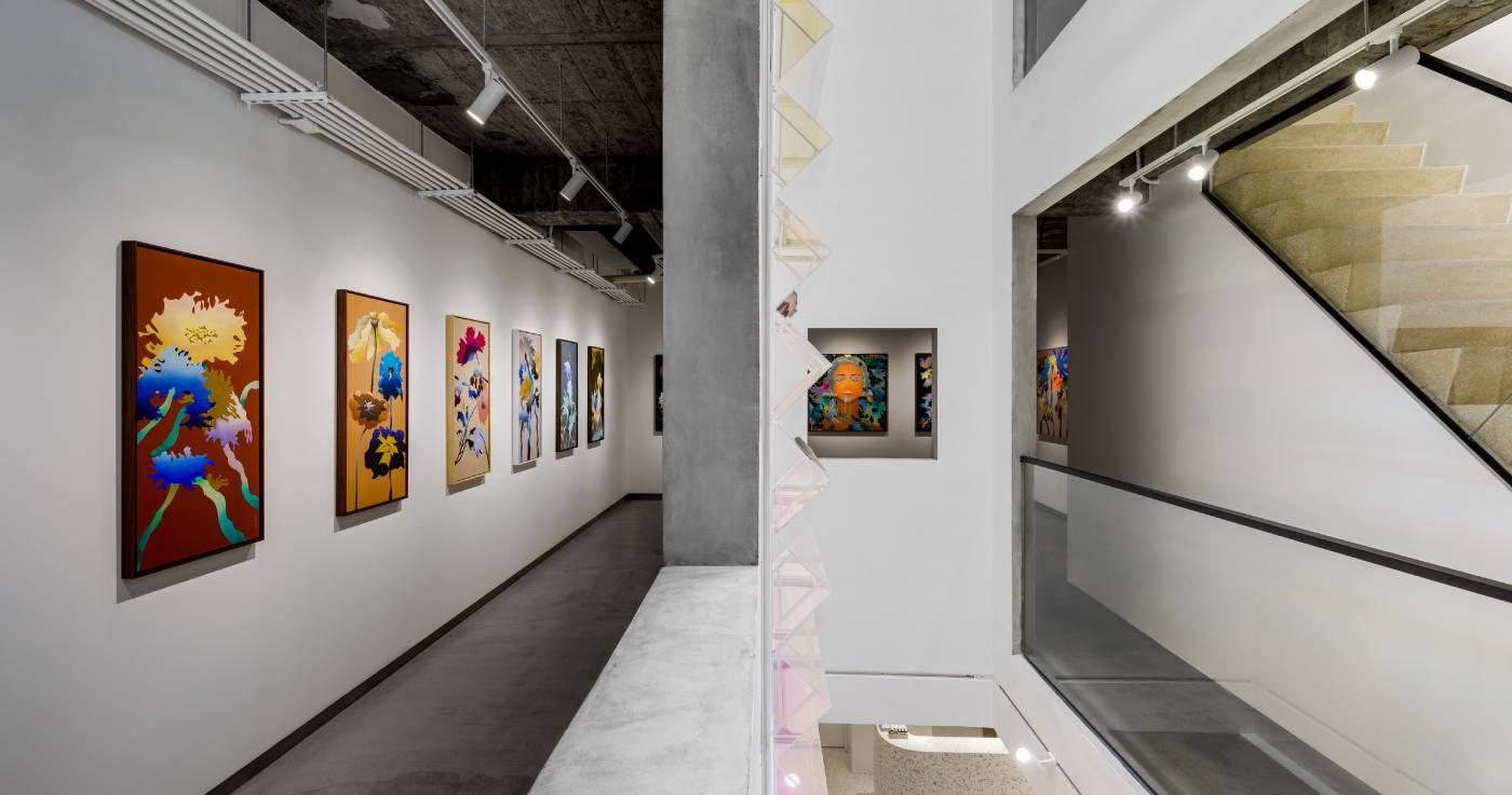 「棲夢幻室」展場一隅。在同時具封閉及開放特質的展場中,觀眾可從不同角度窺視其他空間,隨著豐富的語音導覽,探索藝術家多重面向的人格如何在不同語彙的創作中交錯滲透。