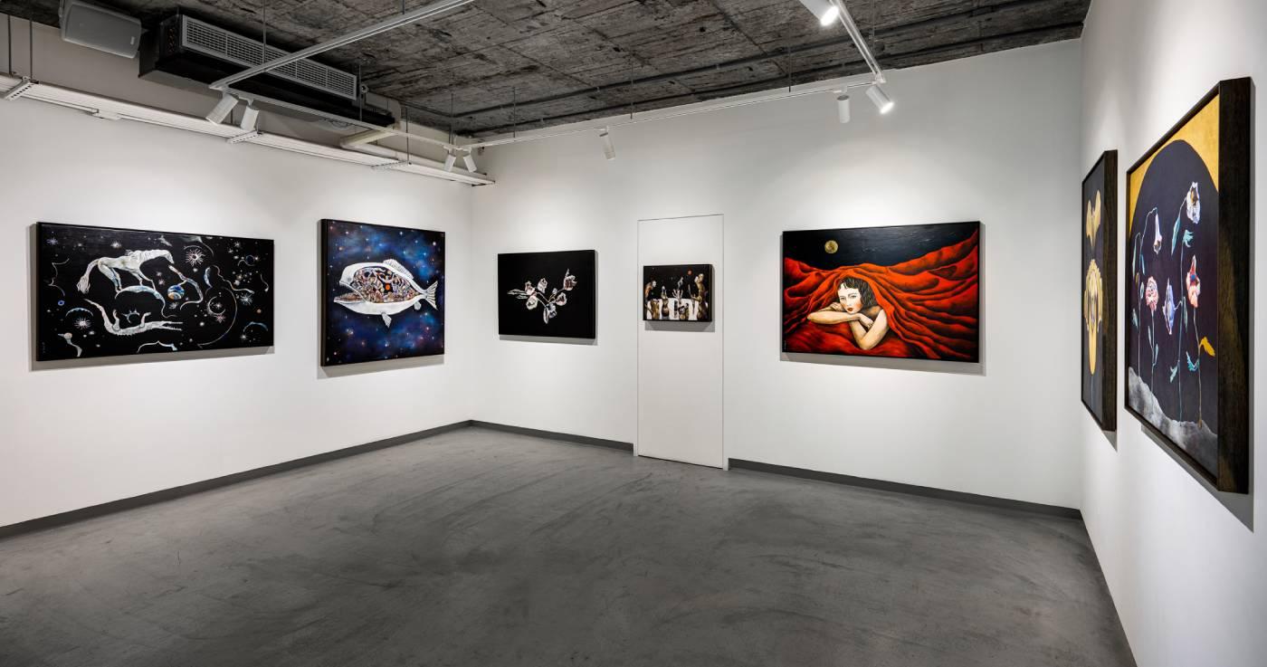 「棲地」展覽現場,為藝術家自2013年展開繪畫創作後至今從未公開發表的作品。