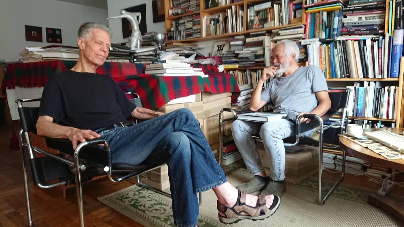 藝術家林鴻文(右)和馬奎斯世界名人錄終身成就獎得主羅伯特・C・摩根(Robert C. Morgan)(左)討論展覽。圖/金馬賓館當代美術館提供
