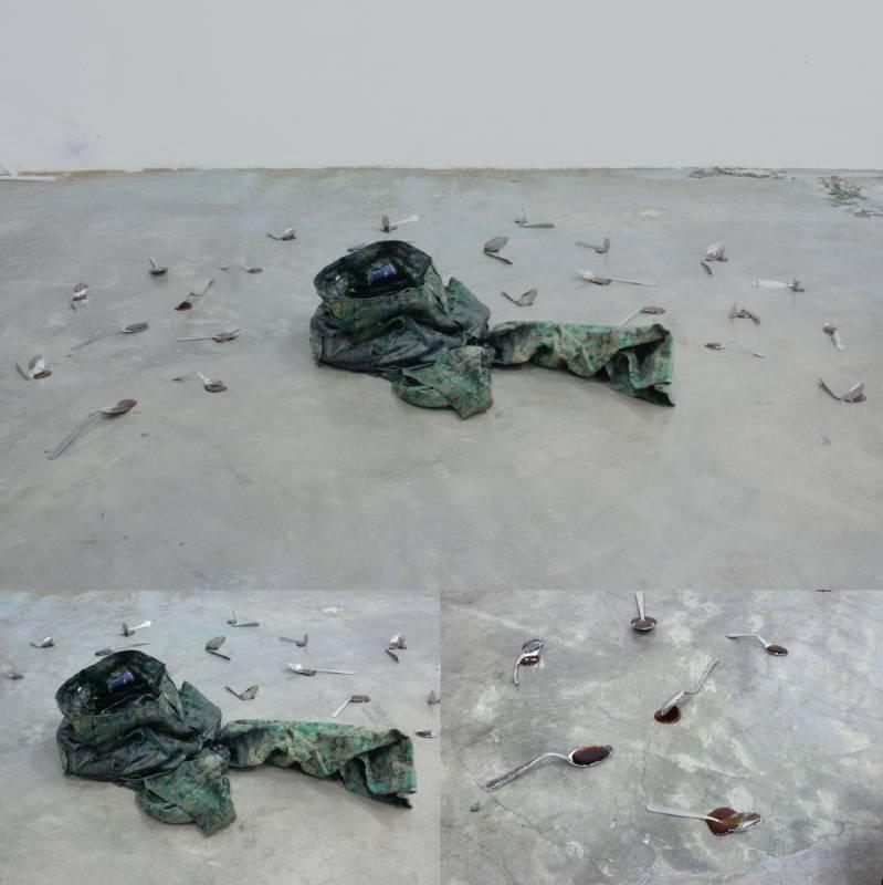 莊志偉 Daniel Chong 由⼀條新加坡武裝部隊分發的第四號褲子所製造的水井(誠懇祝好)(比敬禮更強的手勢) 新加坡武裝部隊第四號褲子、聚氨酯樹脂、膠粘劑、水、硬幣 60 x 31 x 14 公分 2021 A well made from a pair of Singapore Armed Forces issued No. 4 trousers (to wish well in earnest) (a gesture stronger than a salute) Singapore Armed