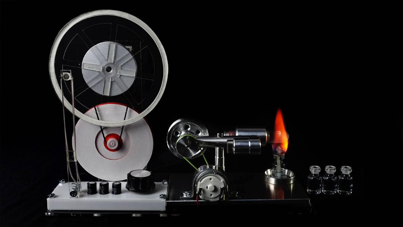 Witaya Junma,《轉喻裝置Spirotrope》, 2021,萬花尺、史特靈引擎、Arduino(單晶片)、LED燈 spirograph, stirling engine, Arduino IDE, LED lights。圖/台北數位藝術中心提供