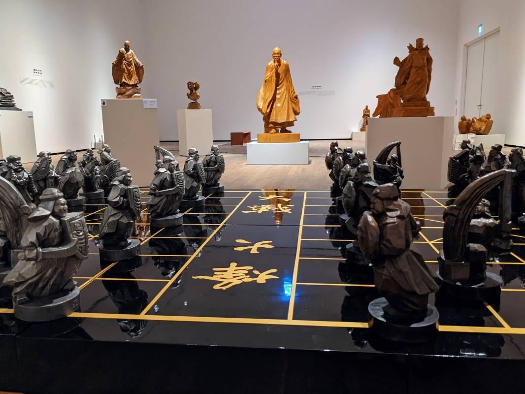 陳正雄作品除了大型雕刻,也有象棋的棋子雕刻〈烽火大戰〉