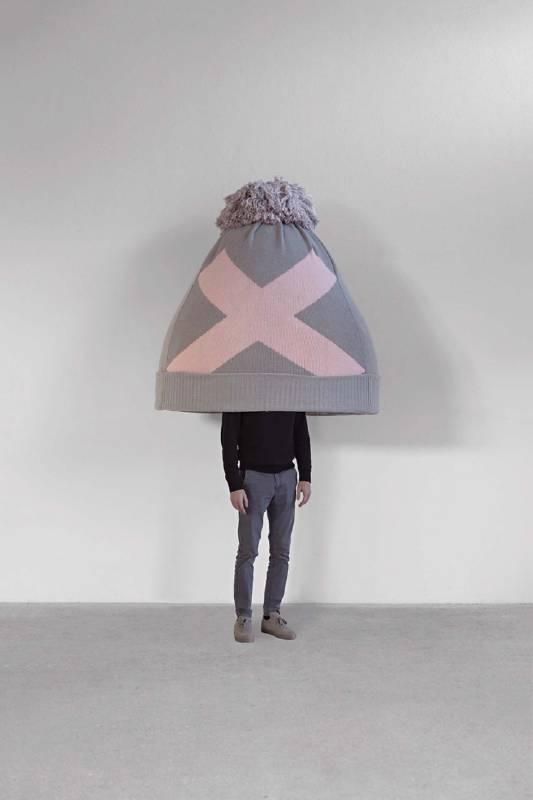 歐文.沃姆《Beanie》,聚酯樹脂、針織羊毛,144×129×133 cm,2019。(圖片由藝術家及立木畫廊 [紐約、香港、首爾及倫敦]提供)