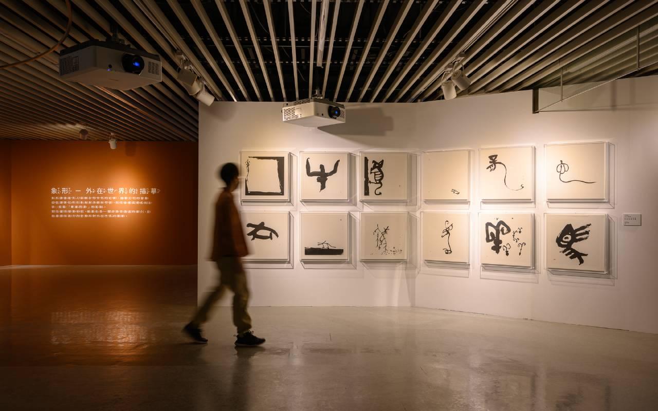 「象形」展區中江柏萱的《十二生肖》,展現如何突破文字和圖像的界線,引領小朋友玩味如何以線條摹寫自然。 ©桃園市立美術館提供