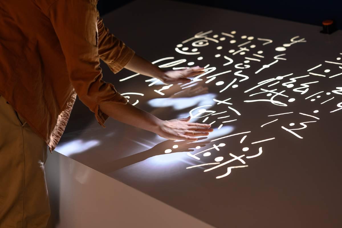 香港藝術家馮明秋的展出作品《靜夜音樂字》以筆墨的「音樂性」,拓展線條的流動與節奏,本次特別延伸規劃科技互動體驗區,讓觀眾以手代筆,感受藝術家的音樂創作情境。©桃園市立美術館提供
