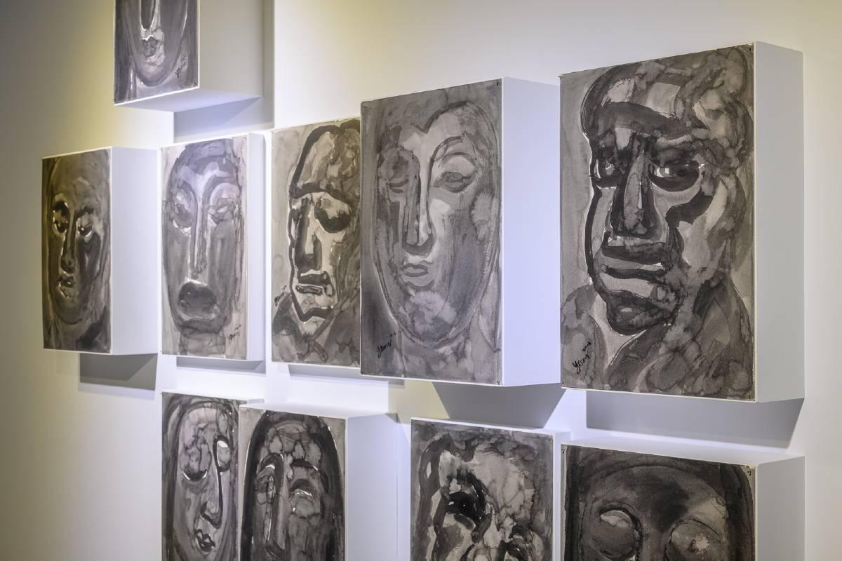 「表意」展區中張耀煌《眾生相》、《百面相》以形寫「神」,表現工作與生活中所見的形形色色的人們,抒發人與人之間相處的感觸。 ©桃園市立美術館提供