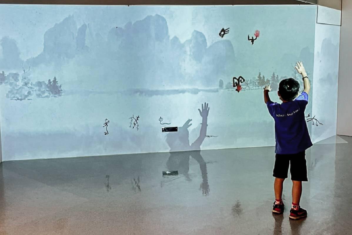 大型的投影,以動畫讓十二生肖「活靈活現」。藉由這些「會動的象形字」,刺激孩童對於線條動態的想像。©桃園市立美術館提供