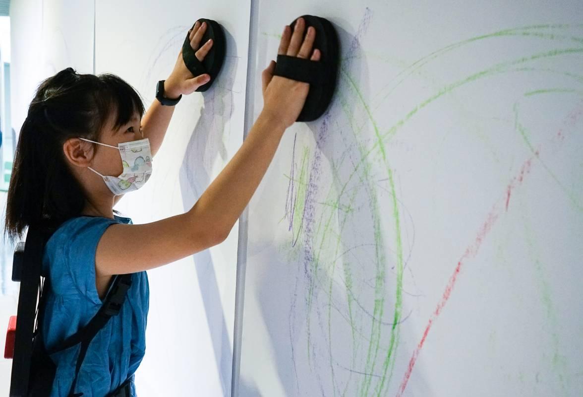 展覽邀請觀眾使用非典型的筆墨工具— 如自己的手、腳、身體,盡情揮灑線條的無限。©桃園市立美術館提供