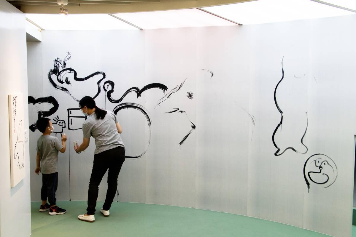 桃美館首度與香港中文大學合作,取得丁衍鏞圖像授權,以展現他以一筆畫線條勾勒兔、貓、鶴等等動物的筆墨趣味。在大型水寫牆上,小朋友可以拿起筆來,也試試一筆到底、一氣呵成的線條極限。 ©桃園市立美術館提供©桃園市立美術館提供