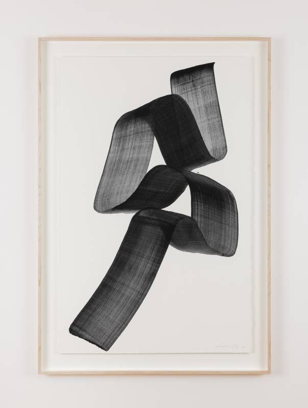 李培 《Brushstroke S16》, 2021 紙上⽊炭墨⽔  連框:116 x 80 x 4.2cm 攝影:Ringo Cheung 圖片由藝術家及⾙浩登提供