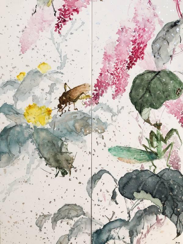 【春神來了】  8×36/8×36cm 灑銀點畫纖紙 2021 吳宗翰  紅蓼花正垂落,螳螂則躲在葉子下乘涼,紡織娘也來了覓食,蟋蟀哥正跳到紅蓼上,另一隻躲在葉子後面,這時庭院充滿了整個春天的訊息。