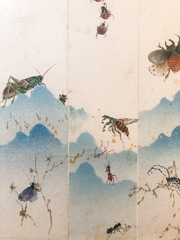【仲夏夜之夢】  6×36/6×36/6×36cm(不含框) 日本山形紋畫仙板小條幅 2021 吳宗翰 在仲夏的傍晚,三隻小瓢蟲接連掛懸在山峰倒置的山下,天牛哥在右下歇息,蝴蝶姊姊盤停在小樹枝上,蟋蟀在山後露出了些許,蚱蜢也來,螞蟻還在辛勤的工作中,甲蟲跟知了正飛來,仲夏之夜的音樂派對即將開始。