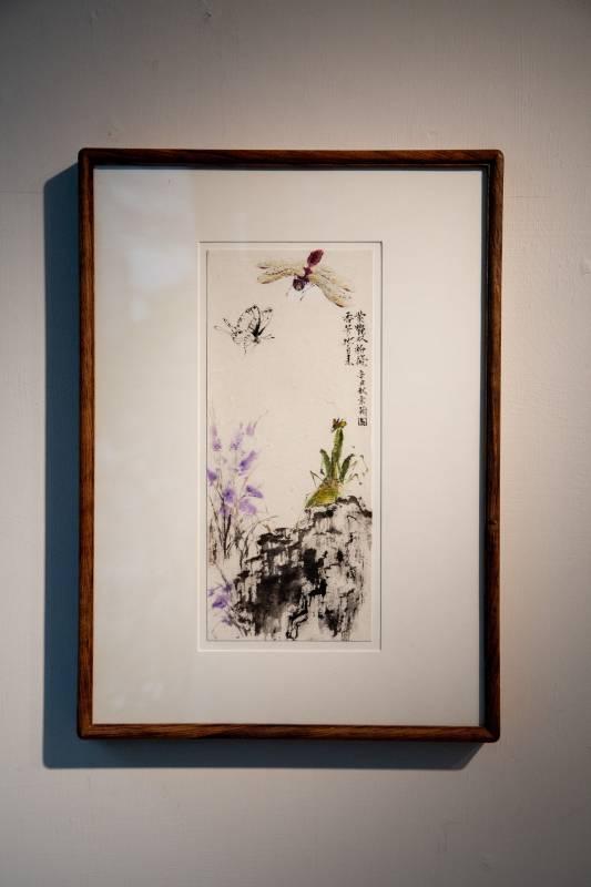 作品「夏日三色綴紫雲」 材質 蕙風堂 清水雲龍一筆箋紙 紫色的花兒開了,紅色蜻蜓跟白粉蝶,以及綠色螳螂都為了你奔赴而來。
