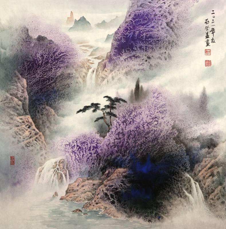 《紫氣東來》66.5x66 cm  彩墨紙本  2021  紫氣東來以群山昇雲,三瀑匯聚,獨特的紫墨蘊染山嵐,雲霧繚繞,呈現雲山合一的高雅意境。