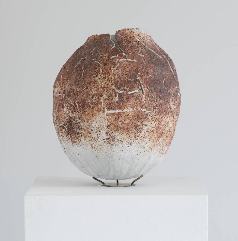 【殻 Molted shell】 30*30*34   cm 釉薬/赤土 Glaze, Red clay 2021