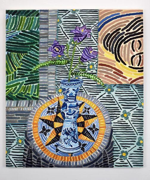 霍華德・豐達 -無題 (六角形裝飾桌案上的桔梗與16世紀中式花瓶、Sophie von Hellermann 的作品睡美人 (2020)、Waterhouse Wallhangings CH 的壁紙)