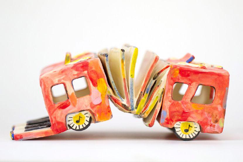 伍玳黎-像毛蟲爬行的手風琴公車
