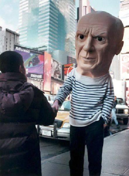 莫瑞吉奧・卡特蘭-無題(畢卡索面具於紐約市)