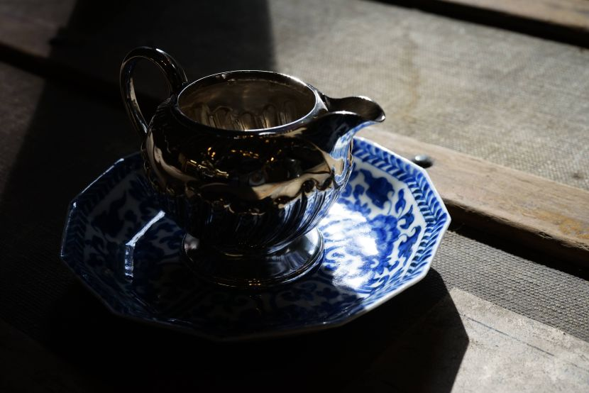 銀器-英國小銀奶盎與青花小瓷盤