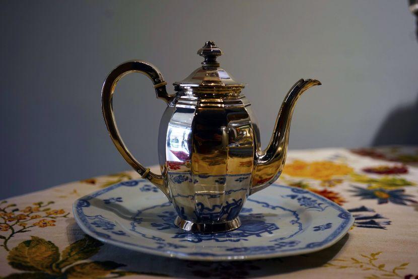 銀器-德國小銀壺與青花瓷盤